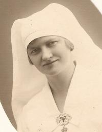 Erna i sygeplejeuniform